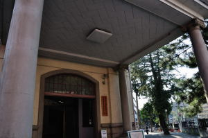 日本獣医生命科学大学本館入り口