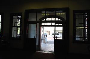 日本獣医生命科学大学本館玄関から外を見る