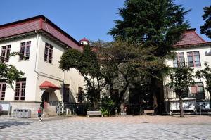 日本獣医生命科学大学本館玄関の裏側から見る
