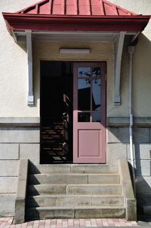 日本獣医生命科学大学本館右翼校庭側の入り口