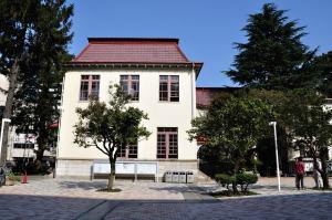 日本獣医生命科学大学本館右翼南面