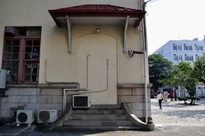 日本獣医生命科学大学本館閉ざされた入り口