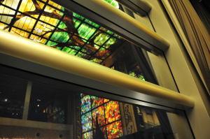 窓に映るステンドグラス