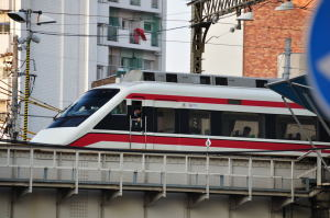 業平橋駅を通過する赤城行きりょうもう25号