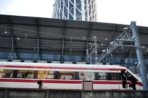 東武200系に乗り込む乗務員たち