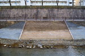 石神井川の川に降りる閉ざされた石段