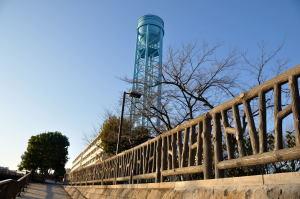 石神井川の長光寺橋付近のテラスから上に上がると目に付く水色の給水塔