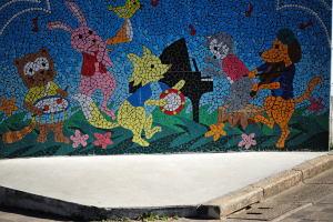 幼稚園の塀のタイルモザイク