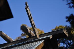 宮久保にある白幡神社本殿屋根の鰹木と外削ぎの千木