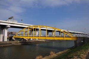 水色や緑色でなくて良かった綾瀬川に架かる歩道橋