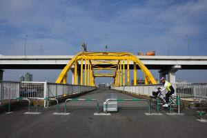 正面から黄色い歩道橋を撮っていると人が来てしまった