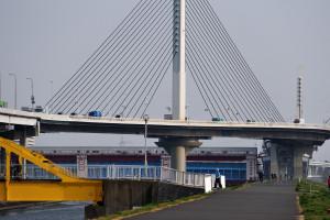 黄色い歩道橋とかつしかハープ橋と上平井水門ということは綾瀬川と中川の合流地点