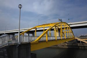 黄色い歩道橋を川下側から見る