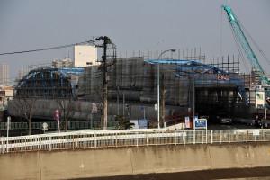 塗装工事中の中川に架かる上平井橋の手前を流れるのは綾瀬川