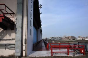 上平井水門の横顔を捉える