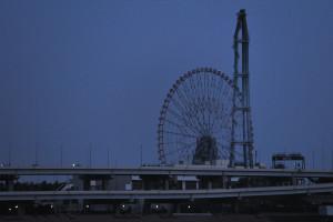 夕闇迫る新砂辺りの荒川から見る葛西水再生センターの煙突と葛西臨海公園のダイヤと花の大観覧車