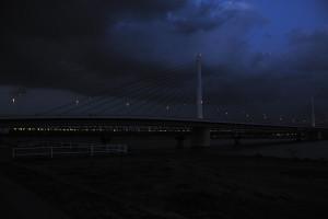 闇に包まれつつある清砂大橋に向かう