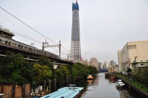 源森橋から東京スカイツリーを見ていると北千住行き各駅停車の電車が業平橋に向かってゆく