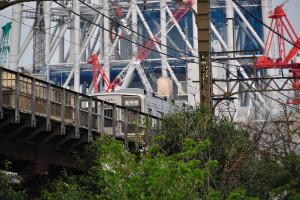 東武電車の向う、東京スカイツリーの近くには沢山のクレーンが