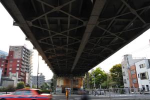 源森橋脇の東武線陸橋をま下から見上げる