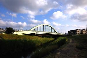 往路では橋から見た所から今度は見上げて成田橋を撮る