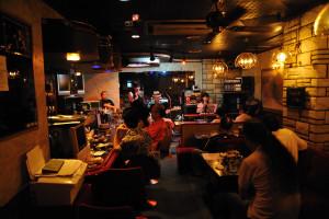BOTTON CLUBのマスターがよく眺める位置からCHIKAちゃんバンドを撮る