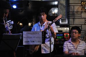 ギターでバンドリーダーの坂東弘道さん