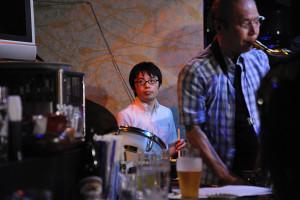 ドラムスは牛山弘志さん