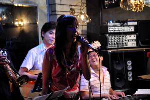 ボーカル西村麻里さんが歌うバックは楽しそう