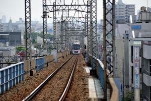 都営地下鉄の車両は京急、都営浅草線、京成押上線を乗り継いで最後の上り勾配を登ってくる