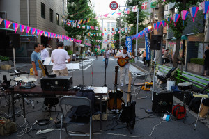 日本橋蛎殻町で演奏する