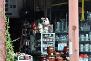 足利の織姫交番前交差点の角の陶器屋さんの招き猫