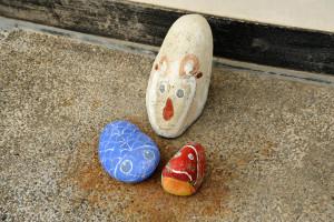 お店の向かい側にも彩色された石が置かれている
