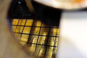 盆に天井のステンドグラスの梅が映る