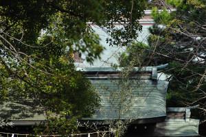 葛飾八幡宮の正門と手水舎と拝殿の屋根