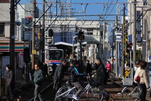 京成八幡駅に間もなく停車する西馬込行き快速
