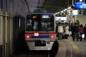青砥駅に到着した京成3400形の特急成田空港行き