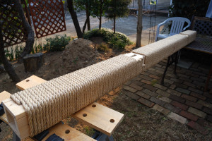 支柱に麻ロープを巻き終えサンドペーパーをかける