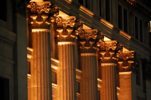三井本館正面のライトアップされた円柱
