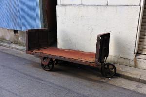 道端に停めてある古い三輪台車