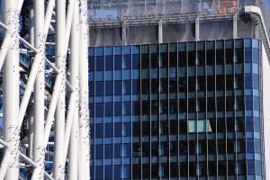 隣の建築中のビルに映る東京スカイツリー