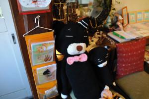 言葉少なくお客さんを迎える編み猫さん