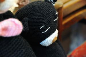 居眠りする小さな編み猫さん