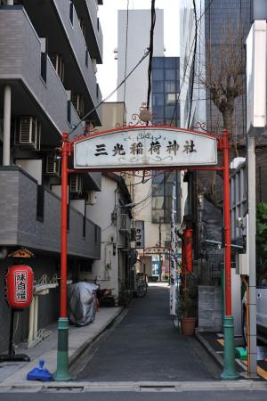 赤い支柱の門が目印の三光稲荷神社