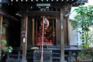 雛人形が飾られた三光稲荷神社の拝殿