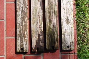 ベンチの板も危険な状態に・・・分解して外した座板
