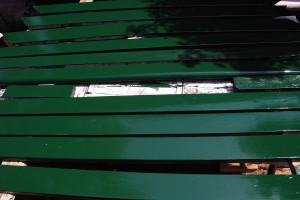 テーブルの周りの板とベンチの交換用の板にペンキを塗る