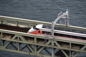 特急きぬ112号が隅田川を渡り間もなく浅草駅に着く