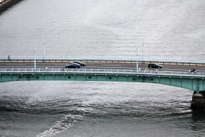 東武線橋梁の少し上流に架かる言問橋