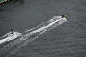 隅田川に引かれる2本の白波